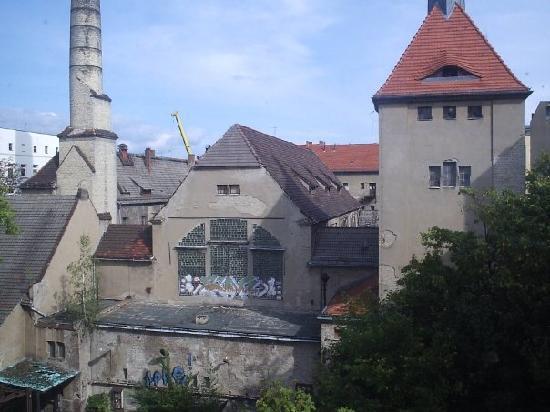 Stadtbad Oderberger Strasse - People's Bathhouse : Vista desde GLS Sprachenzentrum