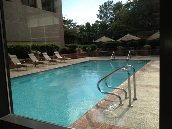 Bethesda Marriott Suites: outdoor pool