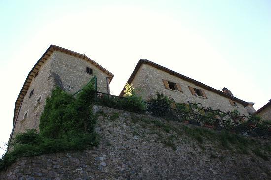 B&B La Terrazza del Castello: il caratteristico edificio del b&b affacciato sulle colline umbre