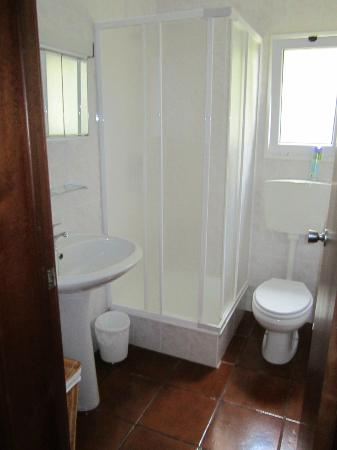 Quinta Das Acacias Rural Accommodations: Bathroom with stand up shower.