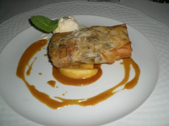 Tawerna: Apple strudel with caramel sauce