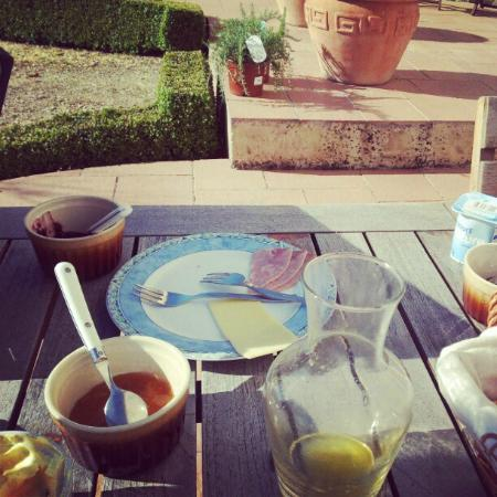 Chambres d'Hotes Les Bourdeaux: Breakfast in the sun