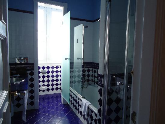 Hotel Villa Rosario: Excellent bathroom