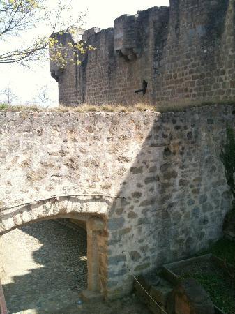 Château du Hohlandsbourg : Chateau du Hohlandsbourg outer bailey leading to garden