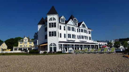 Hotel Iroquois: Hotel from beach