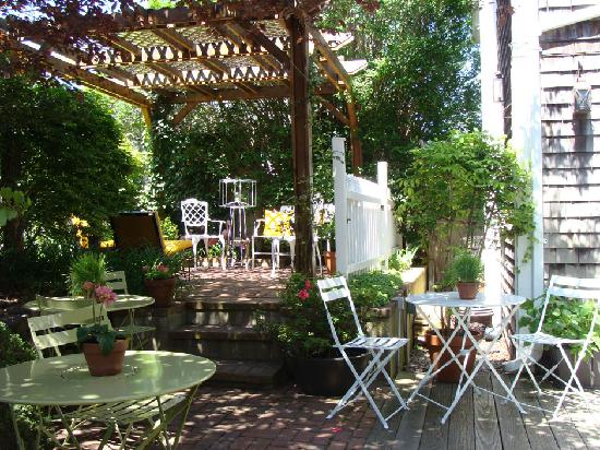 Salt House Inn: Enjoy your breakfast in our beautiful gardens