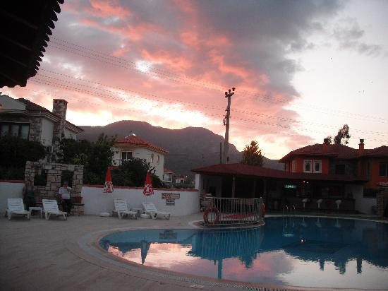 Sahin, Apartments: Sunset sky over the poolside at Sahin Apartments
