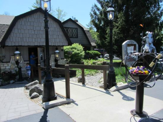 The English Inn : The entrance to the restaurant.  Note the kaleidoscope with flowers - very cool!