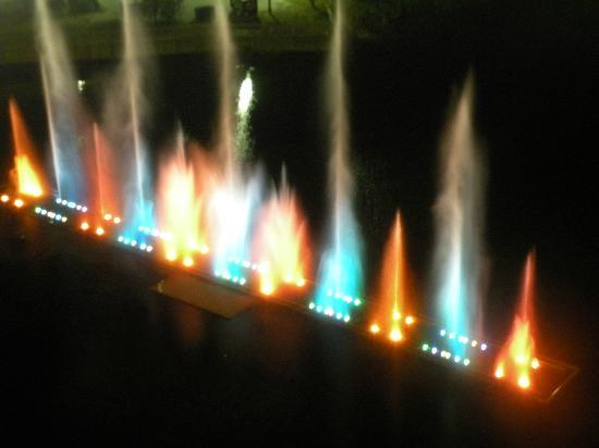 Laketown Wharf Resort: The waterlight show nightly