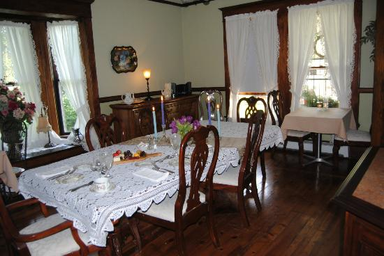 Confluence House Bed & Breakfast and Catering Services, LLC : the dining room