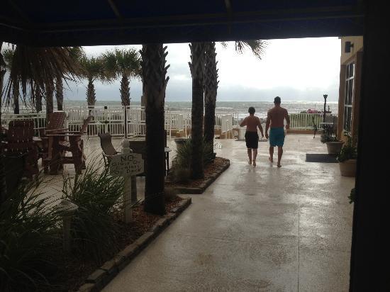 Courtyard by Marriott Jacksonville Beach Oceanfront : Lobby to beach