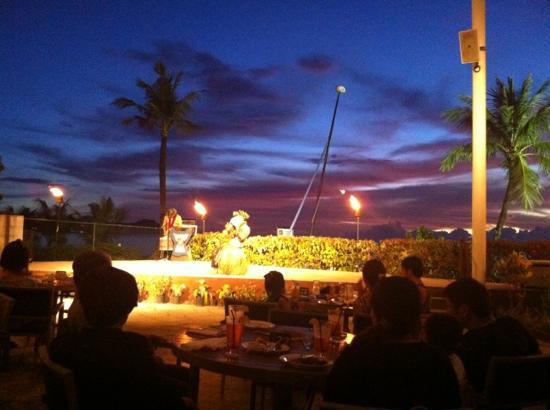 Hyatt Regency Guam: BBQ--- 호텔수영장옆공연을보면서