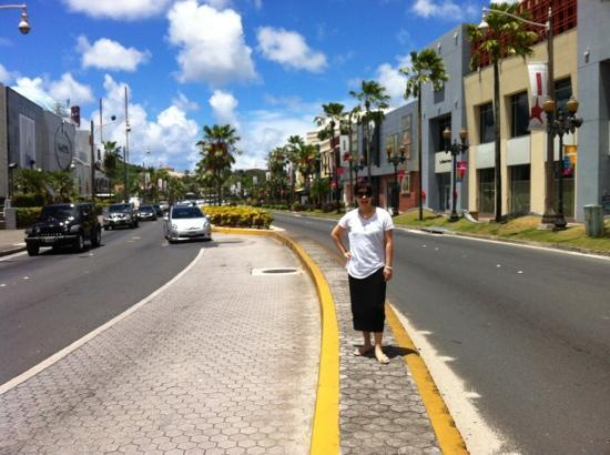 Hyatt Regency Guam: 괌 하얏트 바로앞 쇼핑몰 거리