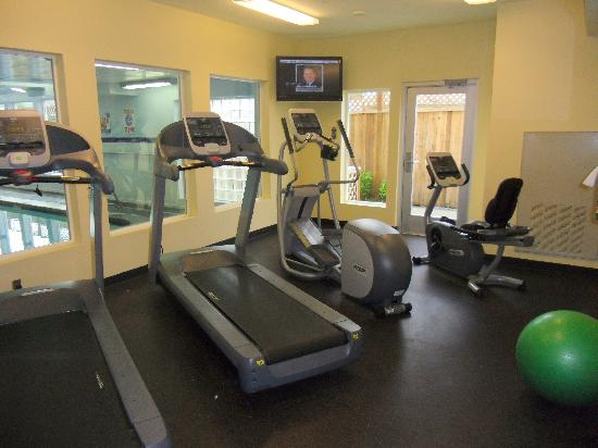 BEST WESTERN PLUS Navigator Inn & Suites: Fitness Center with view to the Indoor Pool