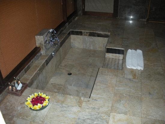 Komaneka At Monkey Forest: Sunken Bathtub