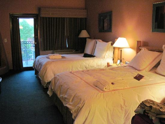 Southwest Inn at Sedona: Southwest Inn 2 super comfy queen beds on 2nd floor.