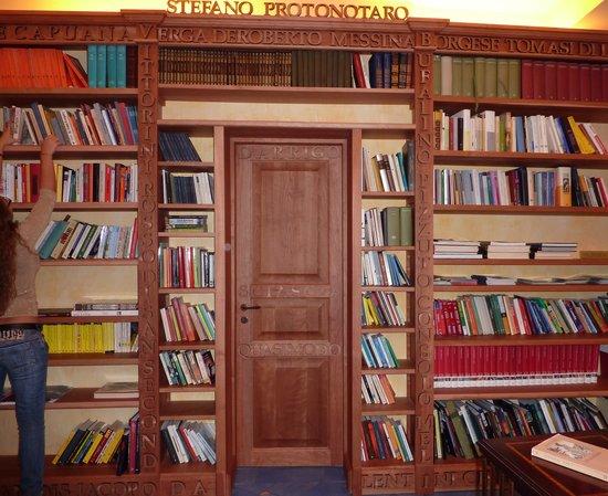 Hotel Palladio: libreria multilingue con tanti libri degli scrittori siciliani