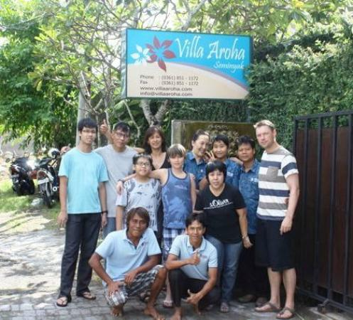 Villa Aroha Seminyak: Villa Aroha Staff met de hele familie