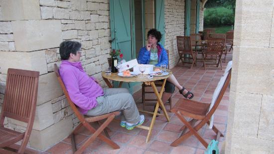 Hotel Bon Encontre : Table set by friendly hotel staff
