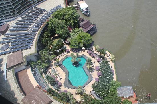 Shangri-La Hotel, Bangkok: Blick von der Suite auf Pool