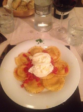 La Taverna del Mago : Ravioli con burrata fresca e pomodori pachino... yummm