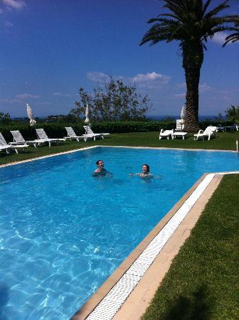 Residence Covo dei Borboni: Enjoying the swimming pool