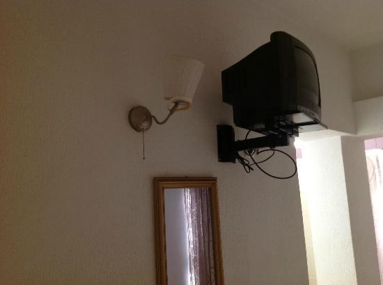 Residencial Santa Maria: Lampada della camera da letto rotta