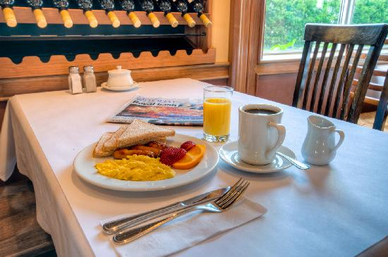 BEST WESTERN PLUS Stoneridge Inn & Conference Centre : Complimentary hot breakfast for hotel guests.