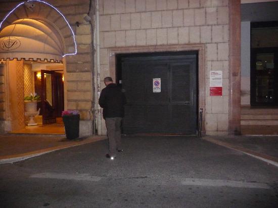 River Palace Hotel : Garage de l'Hötel ? Nous avons stationné à un coin de rue à 30Euros / jour