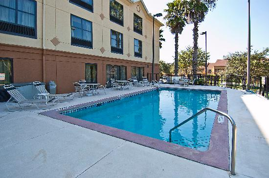 Comfort Suites: Come jump in our pool