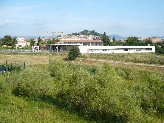 Hotel Ibis Golfe de Saint Tropez : Blick vom Zimmer Richtung Cogolin Stadt