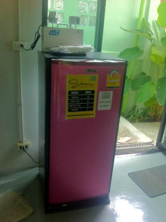 Samui Econo Lodge: fridge at lobby