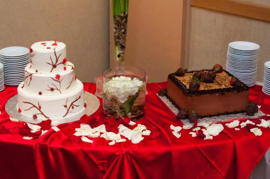 Sheraton Houston Brookhollow Hotel: Bride and groom cakes