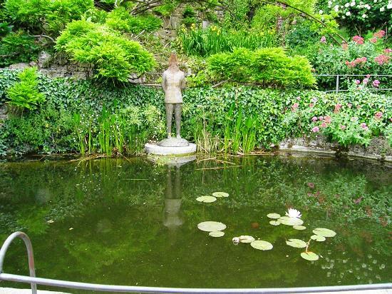 Fontana con scultura foto di folon e il giardino delle - Giardino con rose ...