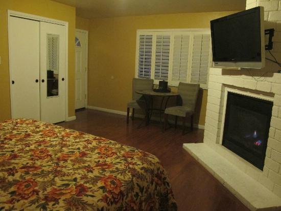 Sunset Inn: Entrance, table, chairs  FP