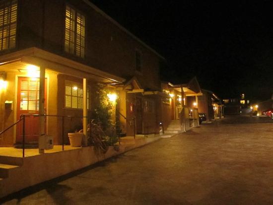 Sunset Inn: Strip of rooms at night