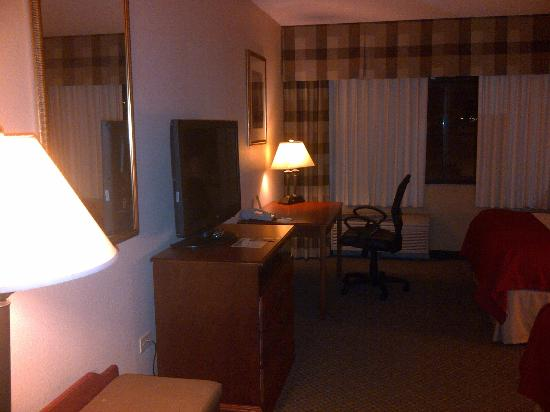 Holiday Inn Casa Grande : View of TV and Desk
