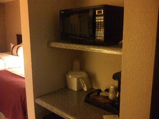 Holiday Inn Casa Grande: Microwave and Fridge