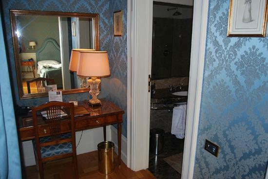 Eurostars Hotel Excelsior : antibagno con scrittoio