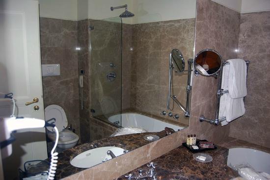 Eurostars Hotel Excelsior: marmo in bagno
