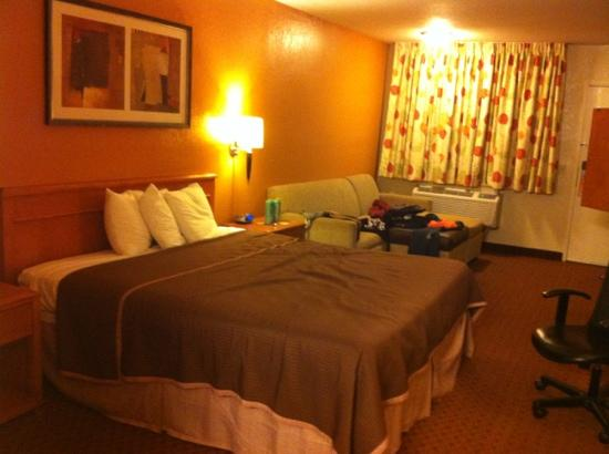 Econo Lodge Inn & Suites El Cajon San Diego East: A nonsmoking king bed