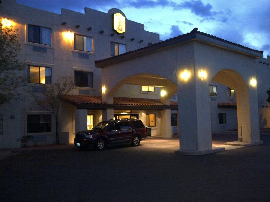 Super 8 Page/Lake Powell: Outside hotel entrance