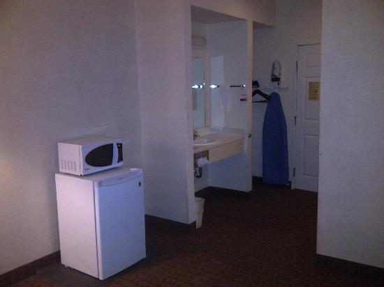 Super 8 by Wyndham Page/Lake Powell: Microwave and Fridge