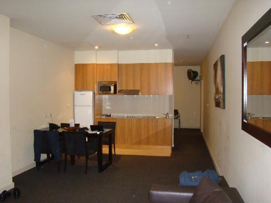 โรงแรมโอ๊คส์ออนมาร์เก๊ท: Ante sala - quarto ao fundo
