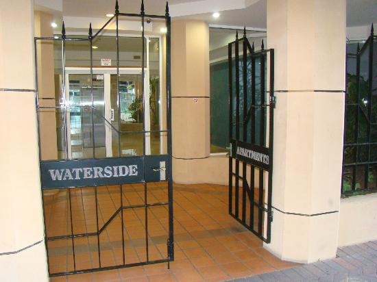 Waterside Holiday Apartments: Entrada