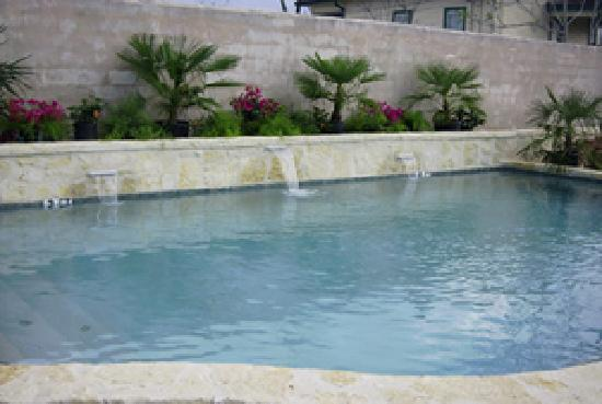 Main Street B & B: pool
