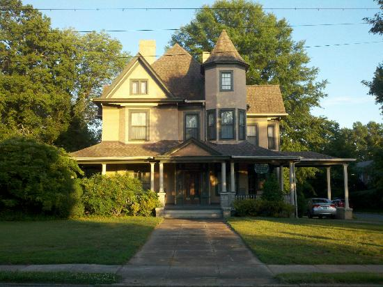 Turn of the Century Victorian Bed and Breakfast: Home away from home