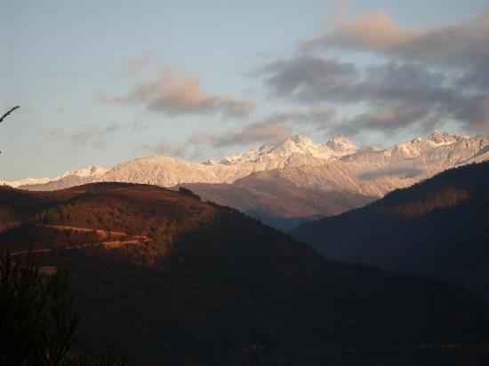 Dirang, Inde : view of sela pass from hotel