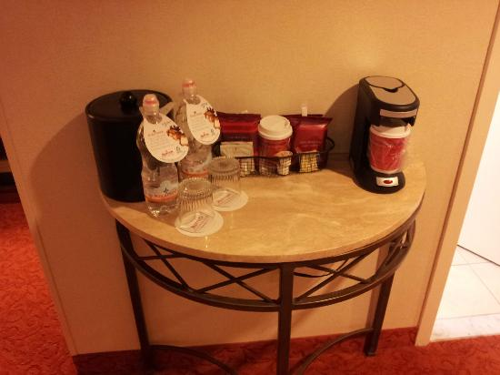 Teaneck Marriott at Glenpointe: Coffee / Water
