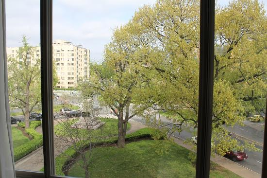 Beacon Hotel & Corporate Quarters: View of Scott Circle from my room